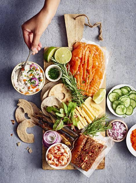 Ruotsalaiseen tyyliin kootulla vadilla on muun muassa kaloja ja mereneläviä.