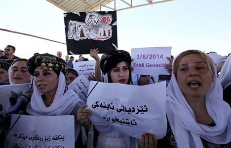 Jesidit osoittivat mieltään Isisin terroria vastaan Irakissa Erbilin maakunnassa elokuussa.
