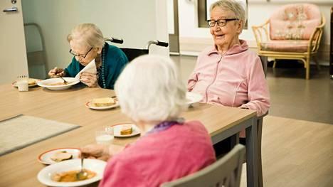 Terttu Velakoski (vas.) ja Sirkka-Liisa Korpela söivät päivälliseksi nakkikeittoa tiistaina palvelutalo Hopeakuussa Espoon Olarissa.