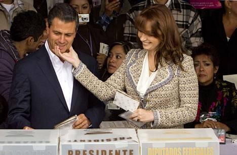 Enrique Peña Nieto äänesti puolisonsa, saippuasarjatähti Angélica Riveran kanssa Atlacomulcon kaupungissa.