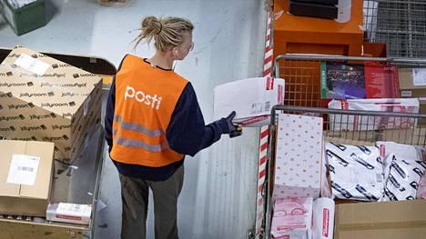 Postin lajittelua logistiikkakeskuksessa Vantaalla.