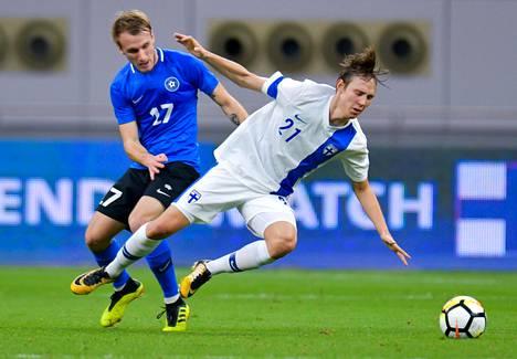 Lassi Lappalainen (oik.) ja Viron Mark Oliver Roosnupp taistelivat pallosta Dohan stadionilla Qatarissa 11. tammikuuta.