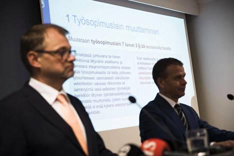 Pääministeri Juha Sipilä (kesk) ja valtiovarainministeri Petteri Orpo (kok) puolustivat irtisanomista helpottavaa lakiesitystä työllisyyssyillä.