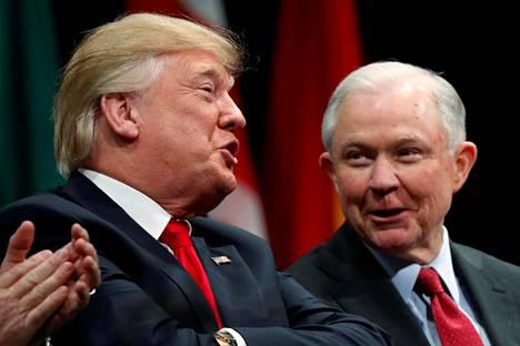 Presidentti Donald Trump ja oikeusministeri Jeff Sessions joulukuussa 2017.