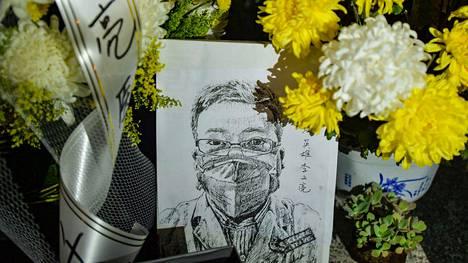 Helmikuun 7. päivä koronavirustautiin kuolleelle silmälääkäri Li Wenliangille osoitettuja kukkia Wuhanin keskussairaalassa Hubein maakunnassa.
