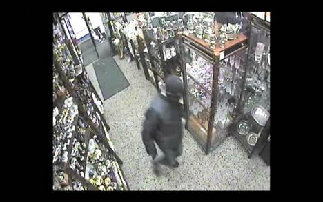Valvontakamerakuva Malmin koruliikkeen ryöstöstä.