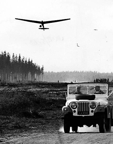 Räyskälän kentällä avatussa uudessa lentokeskuksessa on purjelentotoiminta päässyt täyteen vauhtiin. Varsinainen koulutus alkaa kuitenkin vasta ensi kuun alussa. Kesän aikana keskuksessa on tarkoitus suorittaa yli 4.000 lentoa. Kuvassamme Hämeenlinnan ilmailukerhon purjelentokone.