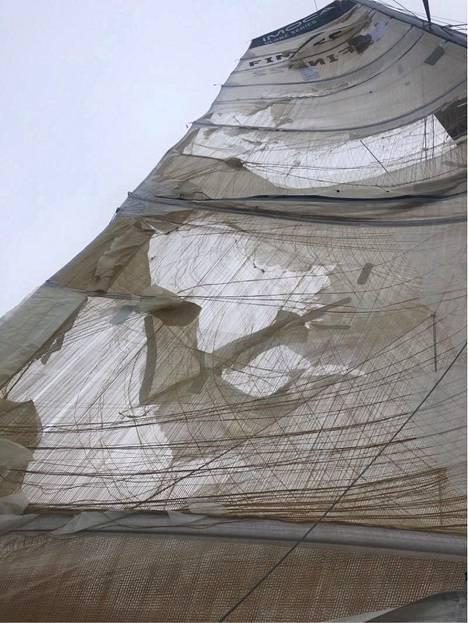 Ari Huuselan veneen iso purje repeytyi kovassa tuulessa Atlantilla.