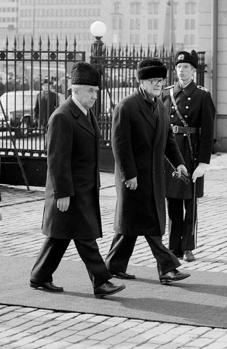 Neuvostoliiton pääministeri Aleksei Kosygin ja presidentti Urho Kekkonen astelevat presidentin linnaan 22. maaliskuuta 1977.