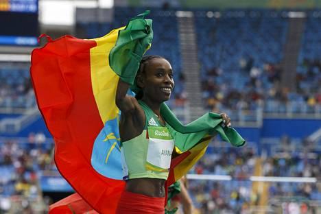 Almaz Ayana juhli maansa lipun kanssa ennätystään.