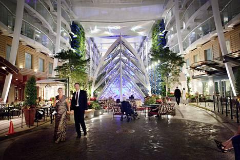 Turussa rakennetun Oasis of th Seas -loistoristeilijän ensimmäinen oikea risteily Karibialla 2009.