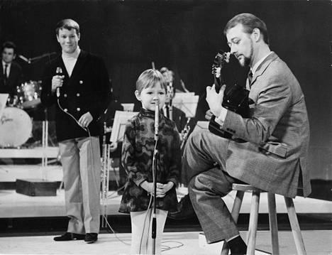 Tytär Mari ja isä Heikki Laurila esiintyivät vuonna 1969 yhdessä ohjelmassa Hauska tavata. Taustalla juontaja Markus Similä.
