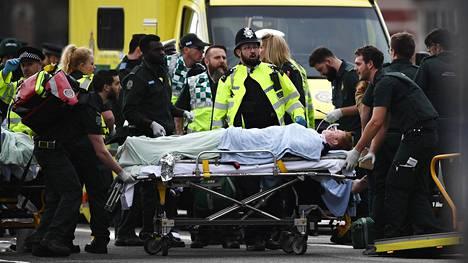 Uhri sai ensiapuryhmän hoitoa lähellä Westminsterin siltaa ja parlamenttia keskiviikkona iltapäivällä.