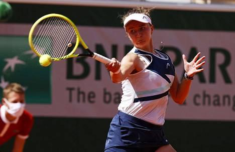 Barbora Krejčíková pelaa Ranskan avointen naisten kaksinpelin finaalissa.