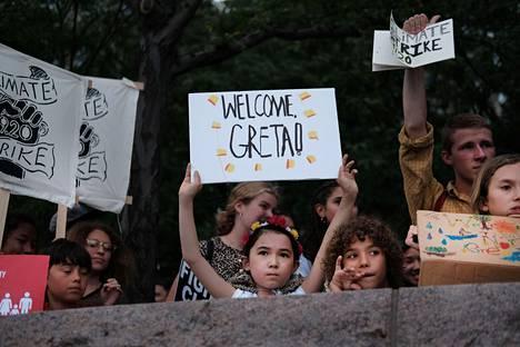 Ihmiset odottivat ruotsalaista ilmastovaikuttajaa Greta Thunbergia New Yorkiin. Teini-ikäinen Thunberg on inspiroinut lapsia ja nuoria ympäri maailman vaatimaan aikuisilta ilmastotoimia.