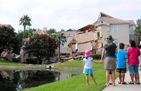 Ihmiset saapuivat ihmettelemään Yhdysvaltain Floridassa romahtanutta rakennusta.