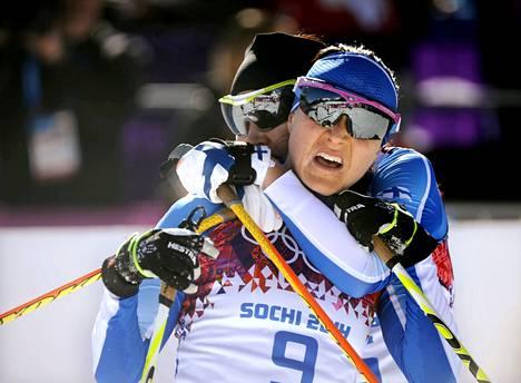 Aino-Kaisa Saarinen sai maalissa halaukset uransa ensimmäisessä olympiastartissa seitsemänneksi sijoittuneelta Kerttu Niskaselta.