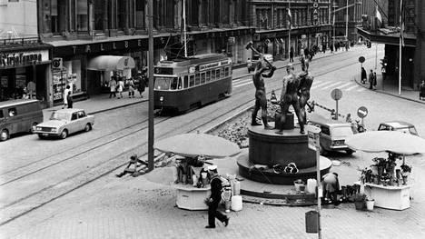 Vitosen ratikka Aleksanterinkadulla vuonna 1970. Raitiolinja 5 oli käytössä vuosikymmeniä, mutta sen liikennöinti lakkautettiin 1980-luvulla.