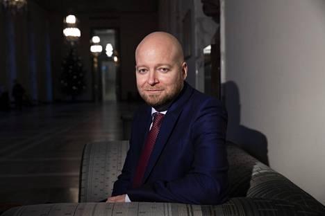 Opetusministeri Jussi Saramo (vas).
