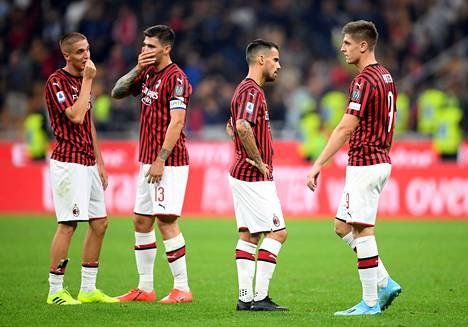 AC Milan hävisi sunnuntaina viidellä maalilla Atalantalle. Kuvassa seuran pelaajat pettyneinä syyskuussa Interille kärsityn 0–2-kotitappion jälkeen.