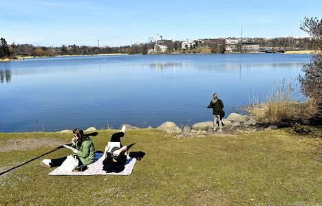 Kevätsää helli helsinkiläisiä Töölönlahden rannalla lauantaina.