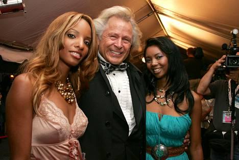 Peter Nygård kahden juhlavieraan kanssa Toronton elokuvajuhlilla vuonna 2005.