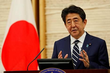 Japanin pääministeri Shinzo Abe puhui maanantaina Tokiossa.