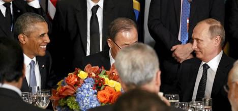 Venäjän  presidentti  Vladimir Putin (oik.)  ja Yhdysvaltain  presidentti  Barack Obama keskustelivat lounaalla  YK:n  yleiskokouksessa  New Yorkissa  maanantaina.