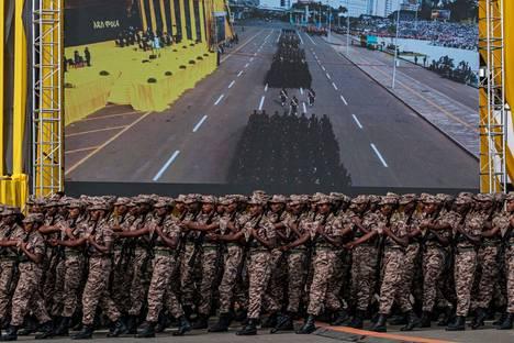 Etiopian armeijan joukot marssivat paraatissa suuren tv-ruudun edessä uuden hallituksen nimitysjuhlassa  Addis Abebassa maanantaina.