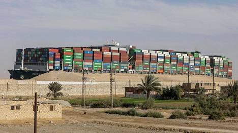 Ever Given -alus saatiin irrotettua Suezin kanavan seinämästä 29. maaliskuuta. Laiva on yksi maailman suurimmista rahtilaivoista.