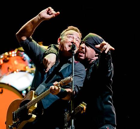"""Bruce Springsteen ja Little Steven lauloivat yhdessä <span class=""""teos""""></span> Oslon-keikan alussa."""