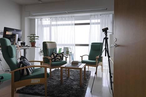 Psykoterapeutin vastaanottohuone Itsemurhien ehkäisykeskuksessa.