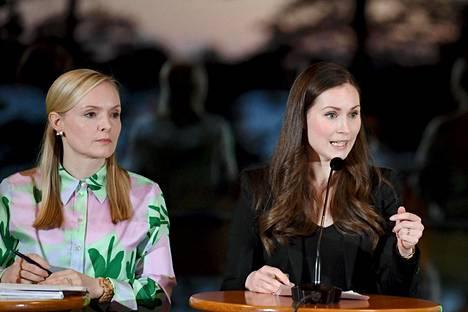 Sisäministeri Maria Ohisalo (vihr) ja pääministeri Sanna Marin (sd) tiedotustilaisuudessa hallituksen ilmastokokouksen jälkeen maanantaina.