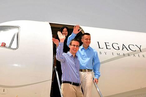 Jepenissä siepatut Leila (takana) ja Atte Kaleva (keskellä) sekä Dominic Neubauer Omanin pääkaupungin Muscatin lentokentällä.