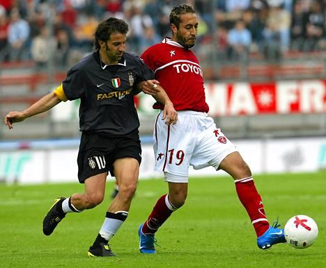 Perugian Saadi Gaddafi (oik.) kamppaili Juventuksen Alessandro Del Pieron kanssa Italian pääsarjan ottelussa toukokuussa 2004.