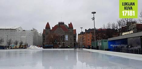 Sadevesi peitti Jääpuiston jäätä Rautatientorilla.
