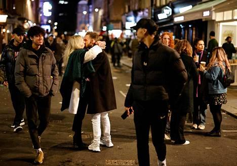 Pari suuteli keskellä katua Lontoon Sohon alueella maanantai-iltana.