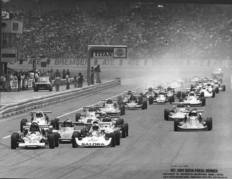 Mika Arpiainen (Salora-mainos autossa) johti lähdöstä maaliin Hockenheimin Super Veen EM-päätösosakilpailua vuonna 1976.