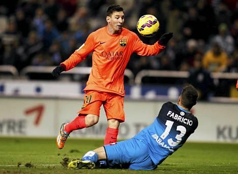 FC Barcelonan Lionel Messi (vas.) tekee toisen maalinsa Deportivo de la Corunas maalivahdin Fabricion (13) edestä.