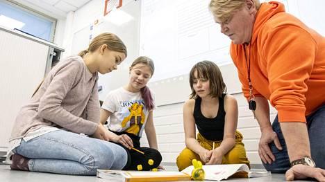Kangaslammin koulun viidesluokkalaiset Sini Kettunen, Emmi Kokkonen ja Jasmin Kajaste opettelivat matematiikkaa resurssiopettaja Jyrki Kukkosen valvovien silmien alla.
