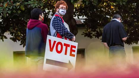 Trumpia kasvomaskillaan kannattanut äänestäjä äänesti Huntington Beachin merenrantakaupungissa Kaliforniassa. Yhdysvalloissa äänestäjät eivät suoraan valitse presidenttiä, vaan valinta tapahtuu valitsijamiesten kautta. Valitsijamiehiä on yhteensä 538. Kunkin osavaltion valitsijamiesten lukumäärä määräytyy väkiluvun mukaan. Eniten valitsijamiehiä on väkiluvultaan suurimmassa osavaltiossa Kaliforniassa, jossa heitä on 55.