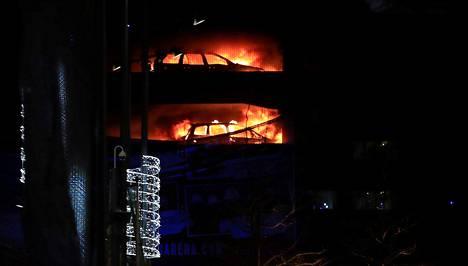 Parkkihalli syttyi tuleen Liverpoolissa Englannissa 31. joulukuuta 2017.