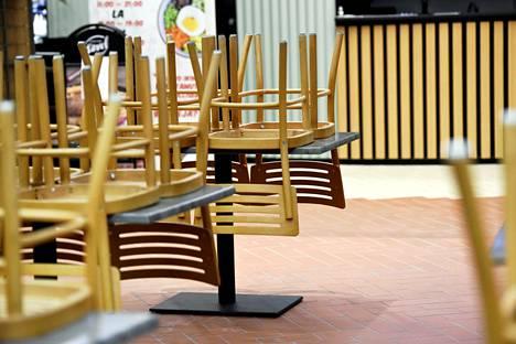 Suljettuja ravintoloita kauppakeskus Kaaressa keskiviikkoiltana.