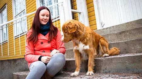 Emmi Hakio ja Brio. Brio auttaa Hakion klinikalla muun muassa remminkäyttöongelmista kärsivien koirien koulutuksessa.