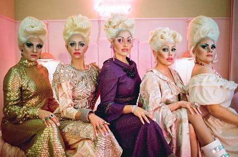 The Betty Show'n Kansallisteatteri tekee Delta Venus -ryhmän kanssa. Esityksen näyttelijät ovat Rosanna Kemppi (vas.), Kreeta Salminen, Annika Poijärvi, Sara Melleri ja Asta Honkamaa.