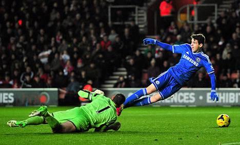 Jalkapallojoukkue Chelsea teki mojovan tappion. Kuvassa Chelsean keskikenttäpelaaja Oscar (oikealla) kolaroi Southamptonin maalivahdin Kelvin Davisin kanssa.