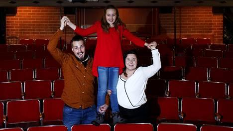 Ohjaaja Tuukka Tiihonen, näyttelijä Elsa Mämmelä ja nuorisoteatterin rehtori Sanna Saarela tietävät, mistä syntyy palo teatteria kohtaan.