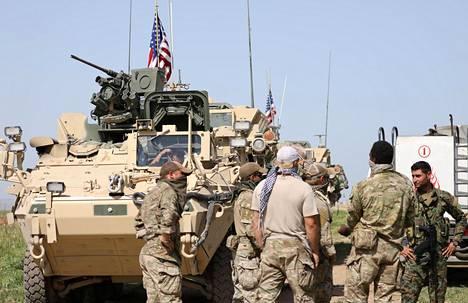 Kurdien YPG-joukkojen sotilaat juttelivat yhdysvaltalaisjoukoille Syyriassa lähellä Turkin rajaa viime huhtikuussa.