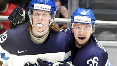 Patrik Laine (vas.) ja Jussi Jokinen esittelivät hammassuojatyyliään vuoden 2016 MM-kisoissa Pietarissa.