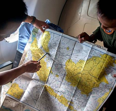 Indonesian armeijan edustajat tutkivat maanantaina karttaa Jaavanmeren yläpuolella malesialaiskoneen etsintä- ja pelastusoperaation aikana.